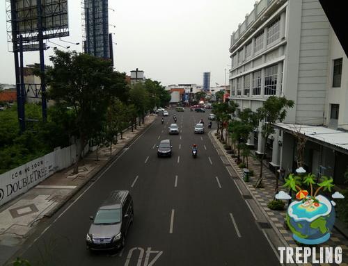 Taman Gantung Tunjungan Surabaya Sudut Pemandangan Jalan Kota