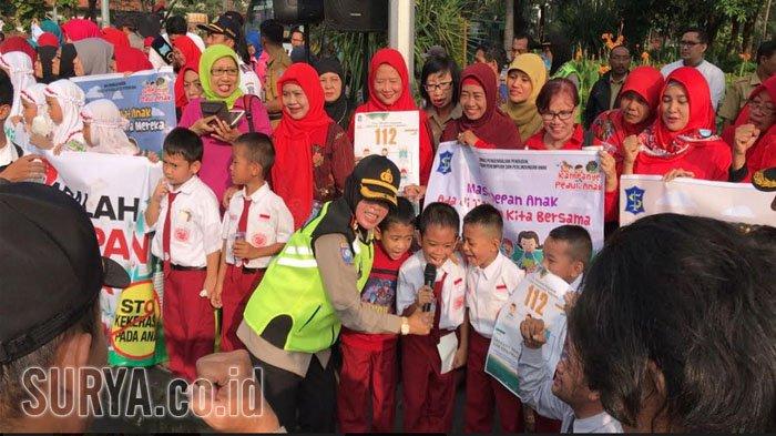Aksi Ratusan Anak Sd Smp Surabaya Bentangkan Spanduk Bertuliskan Taman
