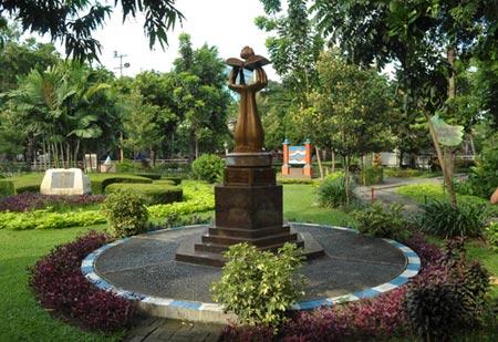 Chila Keindahan Kota Surabaya Taman Mayangkara