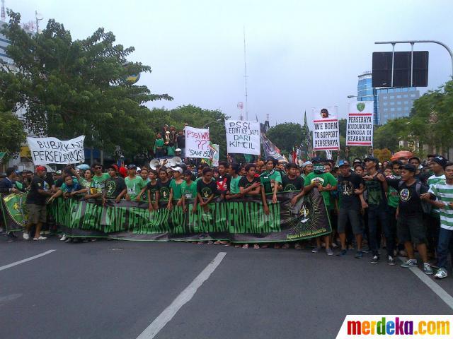 Foto Ribuan Bonekmania Geruduk Balai Kota Surabaya Merdeka Datang Melakukan