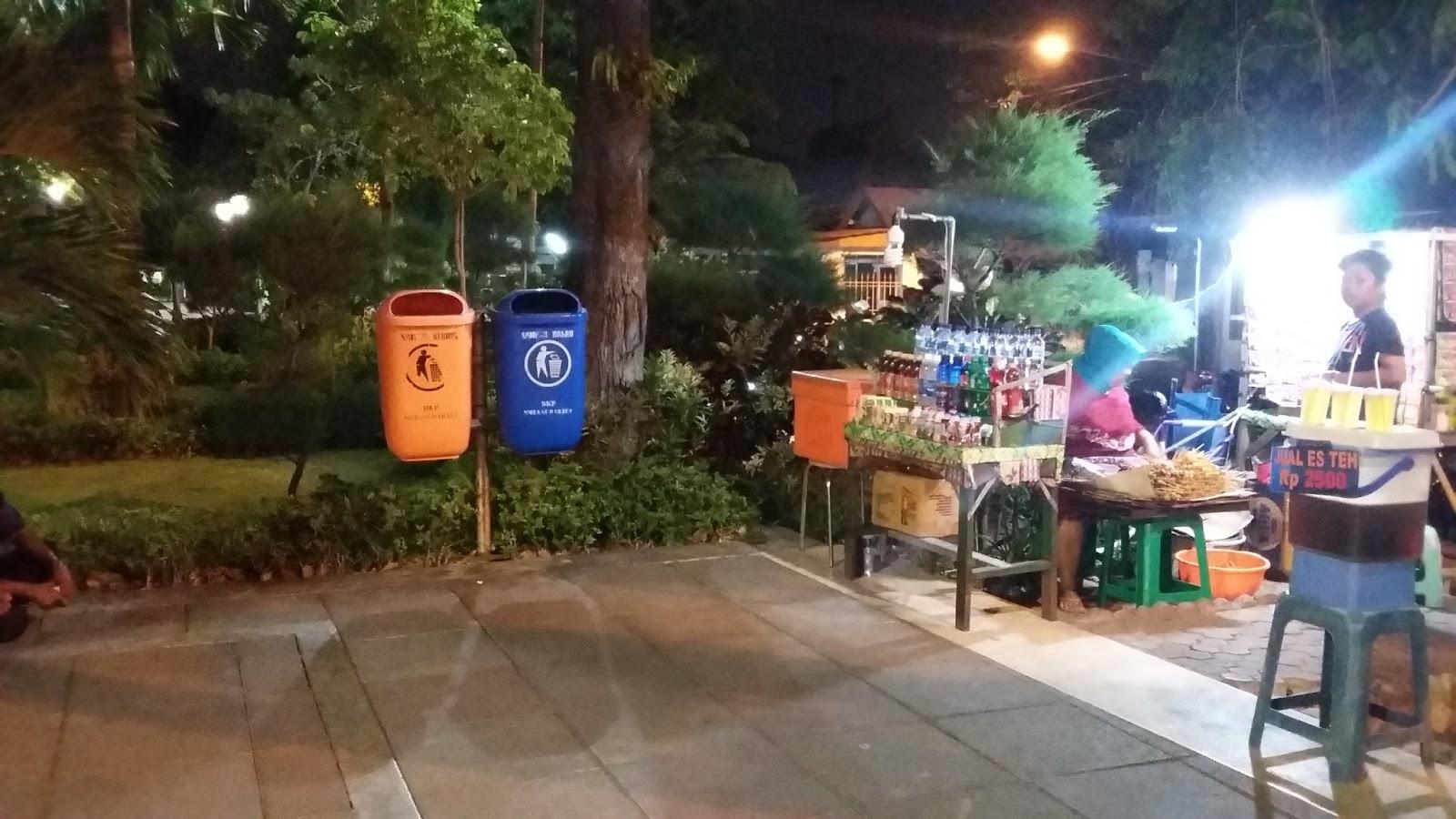Hope Pesona Malam Taman Mundu Surabaya Pedagang Makanan Mengelilingi Kota
