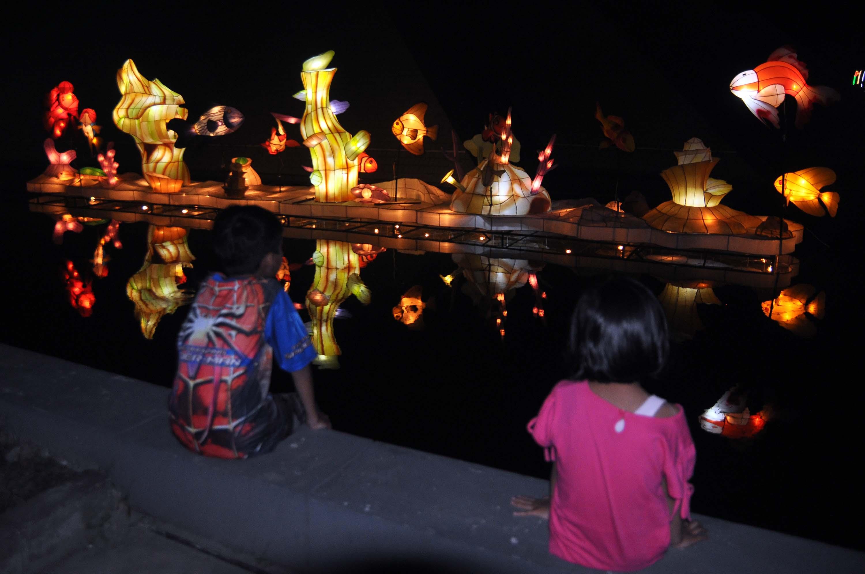 Festival Lampion Suzhou Palembang Travelon Wego Indonesia Wisatawan Menikmati Keindahan