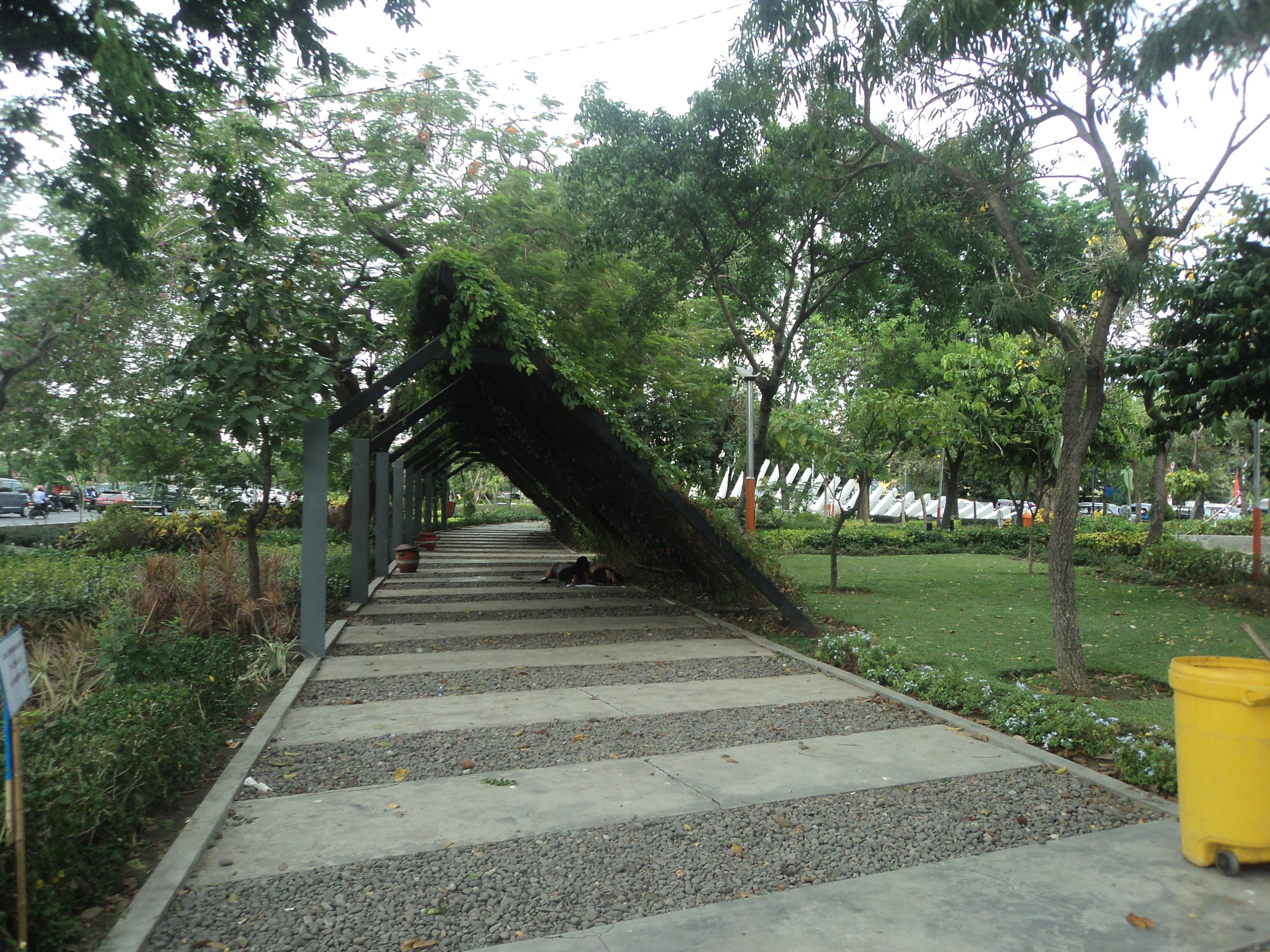 Mengenal Lebih Dekat Taman Pelangi Surabaya Yockisure Sisi Kiri Areal