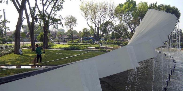 Surabaya Siap Menjadi Kota Kompas Petugas Kebersihan Menyapu Daun Kering