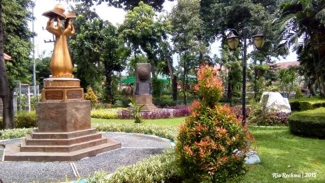 Liburan Murah Taman Prestasi Surabaya Mama Arkananta Dua Replika Penghargaan