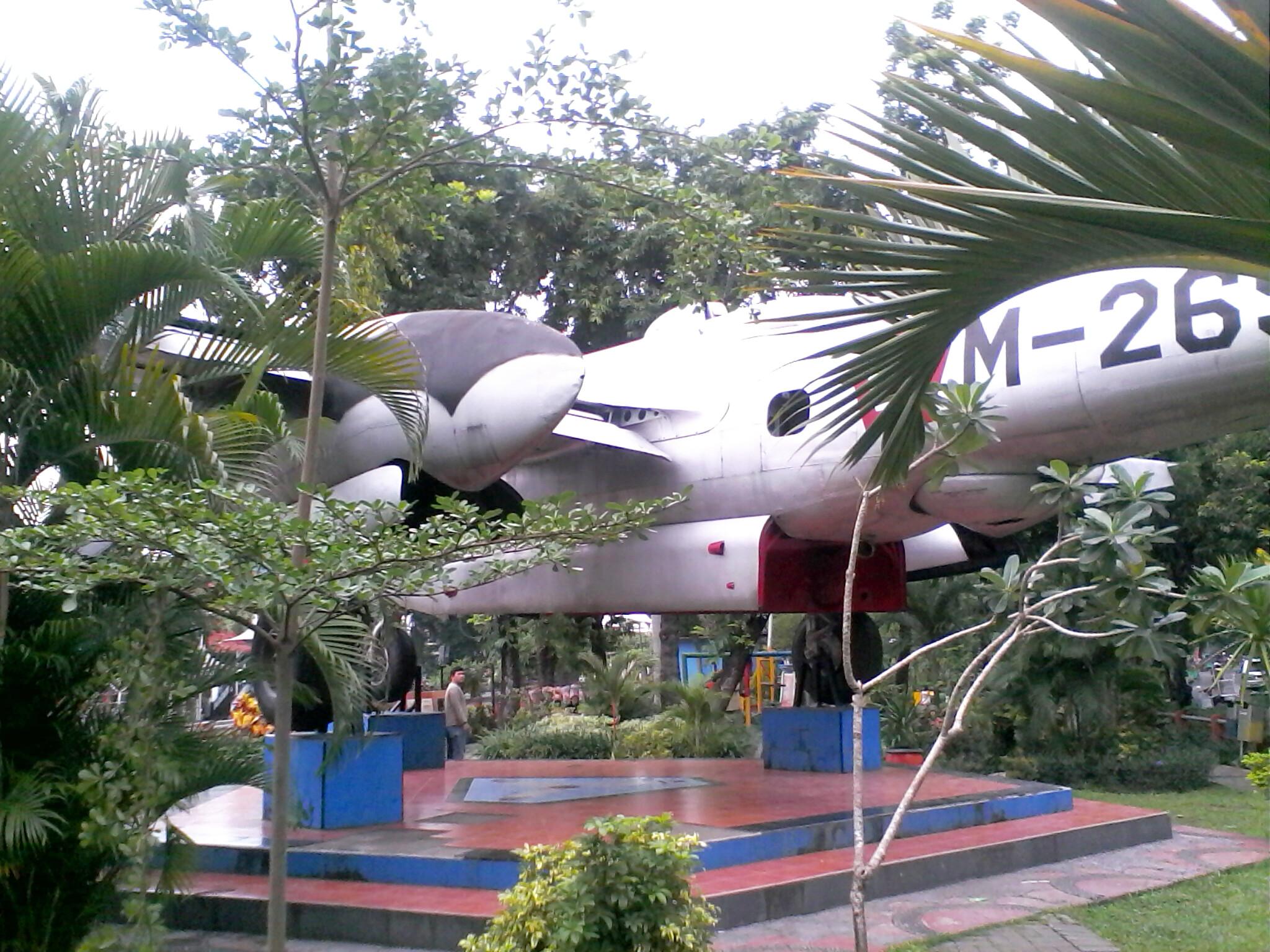 Menyusuri Indahnya Sungai Kalimas Surabaya Hermannusa Monumen Pesawat Bomber 26