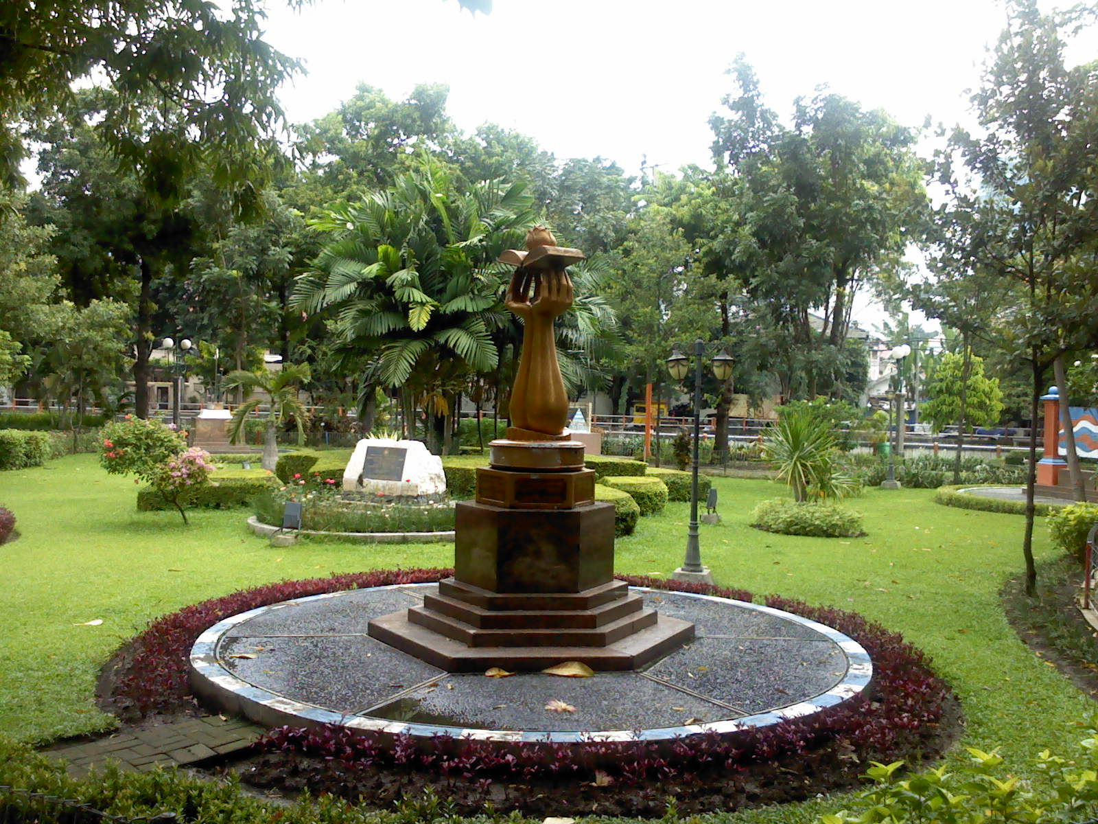 Replika Piala Tata Nugraha Pesona Taman Kota Surabaya Prestasi