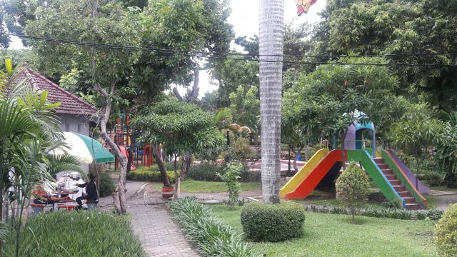 Taman Prestasi Sebagai Tempat Santai Bagi Warga Surabaya Eveline 20161011