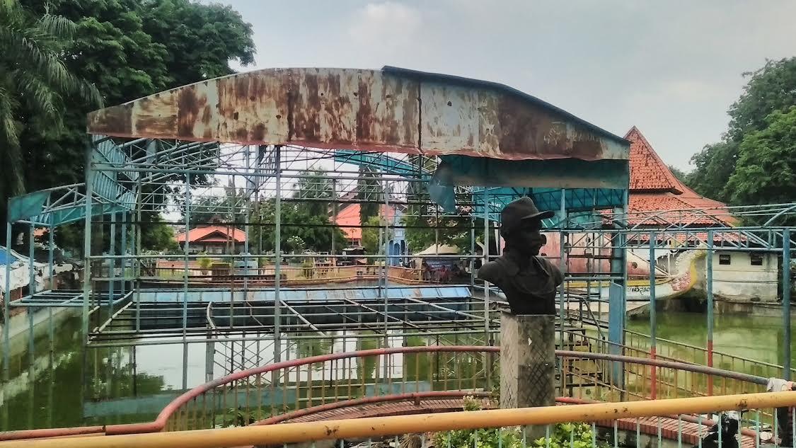Patung Gombloh Nasibmu Salah Satu Staff Uptd Thr Surabaya Dadang