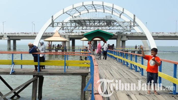 Akhir Pekan Menikmati Wisata Pantai Kenjeran Jembatan Surabaya Merah Kota