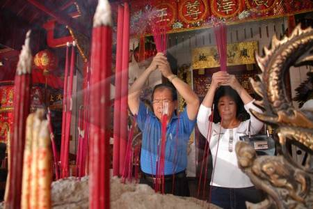 Berdoa Kelenteng Hong Tiek Hian Surabaya Wisata Kota