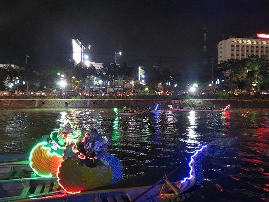 Festival Kalimas Depan Monkasel Foto Monumen Kapal Selam Wisata Kota