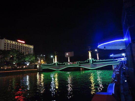 Pemandangan Taman Depan Monkasel Malam Hari Foto Monumen Kapal Selam