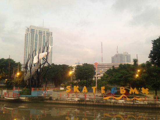 Taman Skate Board Kalimas Monkasel Surabaya Foto Monumen Kapal Selam