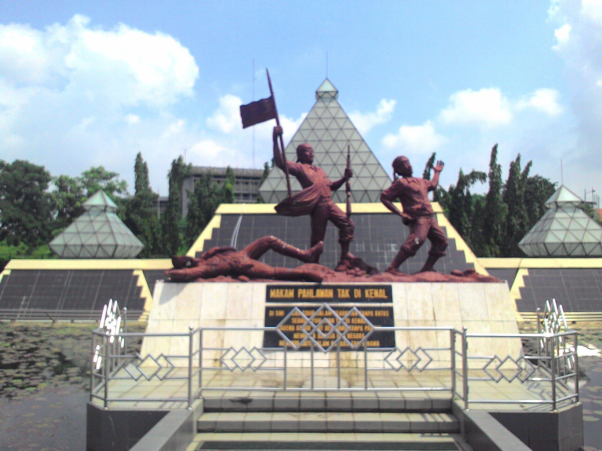 Museum Monumen Tugu Pahlawan Surabaya Makam Tak Dikenal Youtube Wisata