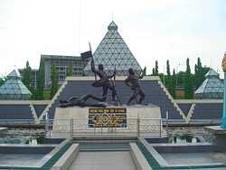 Tugu Pahlawan Surabaya Terletak Pusat Kota Wisata Monumen