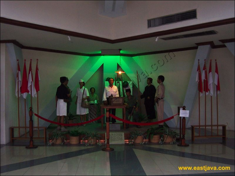 Wisata Bersejarah Kota Surabaya Khoirun Nisa Asin031 Bawah Monumen Dihiasi