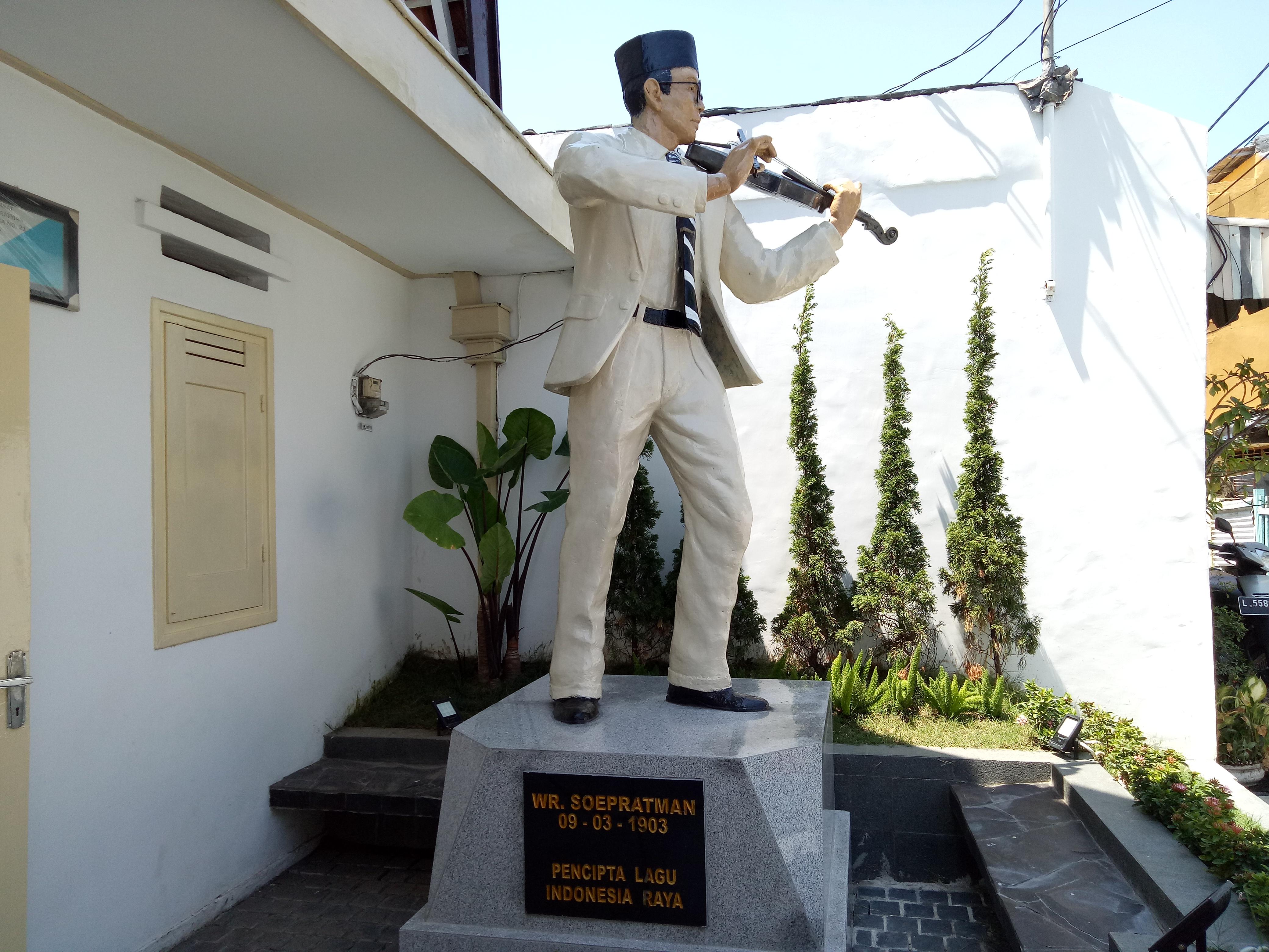 Melihat Rumah Wafat Wr Soepratman Surabaya Patung Depan Wisata Museum