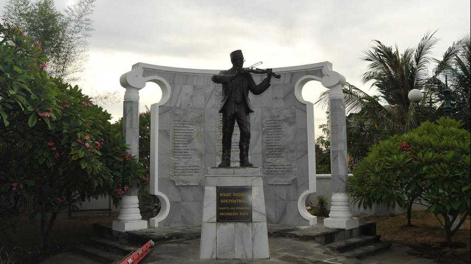 Traveling Wisata Patung Wr Supratman Surabaya Pahlawan Nasional Berjasa Lewat