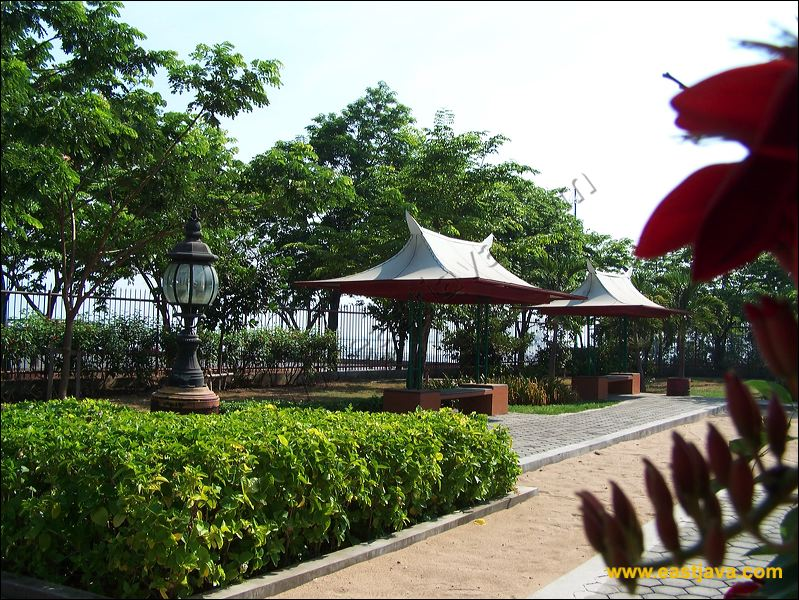 Destinasi Wisata Indonesia Surabaya Patung Menempati Bangunan Semacam Stupa Buddha