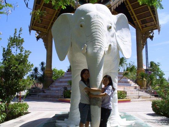 Gajah Putih Foto Patung Buddha Empat Wajah Surabaya Tripadvisor Wisata