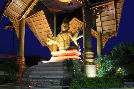 Pariwisata Luar Negeri Mengagumi Patung Buddha 4 Wisata Empat Wajah
