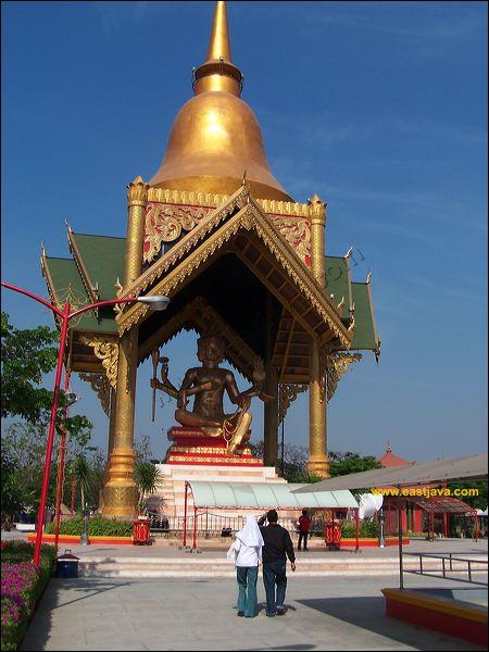Patung Budha Empat Wajah Berdiri Kokoh Sudut Pantai Ria Wisata