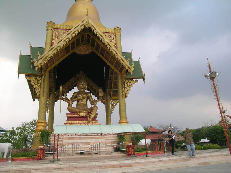 Wow Patung Buddha Empat Wajah Surabaya Panduan Wisata Travel Detik