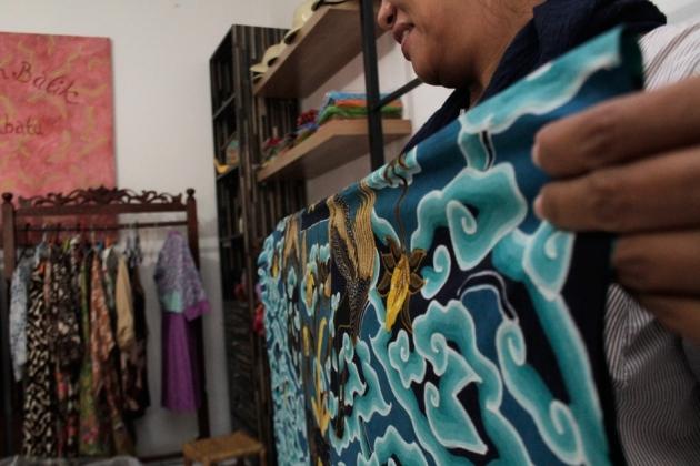 Universitas Ciputra Siapkan Kampung Wisata Batik Banyuwangi Ibu Memperlihatkan Karya