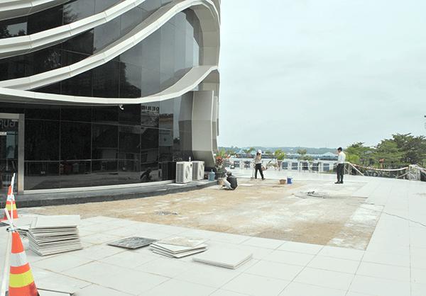 Lima Bulan Diresmikan Gedung Gonggong Rusak Perbaikan Pekerja Memperbaiki Keramik