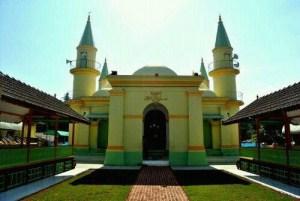 Pulau Penyengat Melihat Masjid Putih Telur Bali Backpacker Raya Sultan