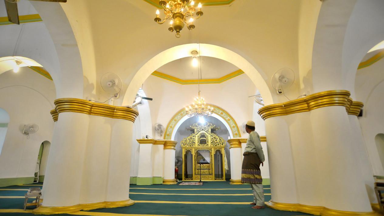 Wisata Religi Pulau Penyengat Viva Warga Mengamati Mimbar Imam Usai