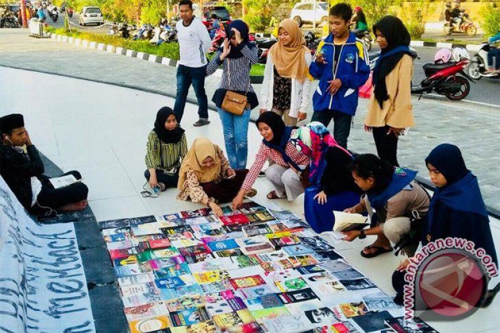 Mahasiswa Tanjungpinang Dirikan Perpustakaan Jalanan Antara News Pengujung Taman Laman