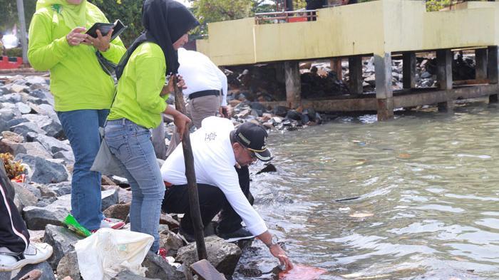 Ribuan Bersih Kawasan Tepi Laut Tanjungpinang Tugu Pensil Kota