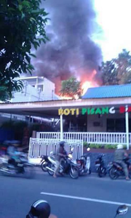 Satu Rumah Tersembunyi Terbakar Harian Kepri Lokasi Belakang Salah Cafe