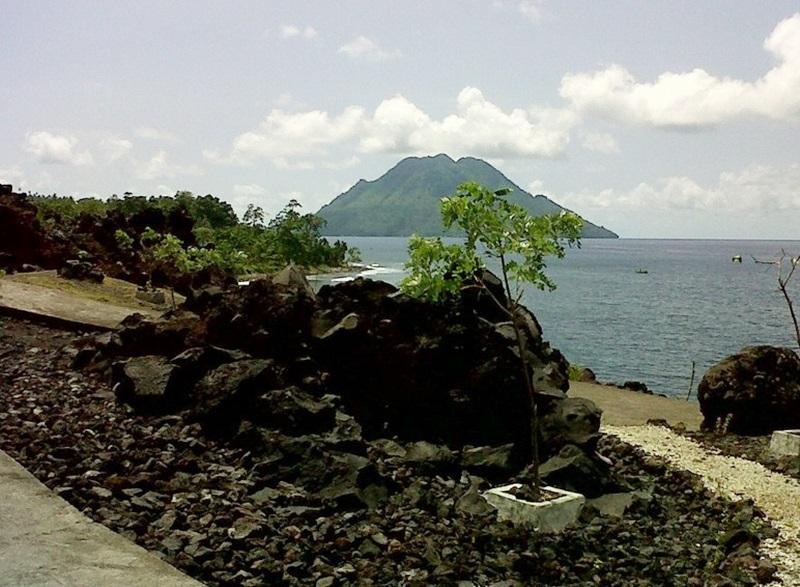 Batu Angus Hasil Muntahan Gunung Gamalama Ternate Pemandangan Laut Kota