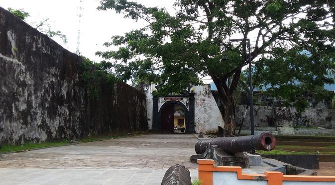 Dinding Benteng Bekas Voc Ambruk Dprd Sarankan Studi Banding Oranje
