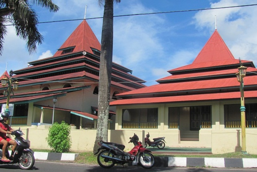 Masjid Kesultanan Ternate Didampingi Permaisuri Sultan Berdampingan Kota
