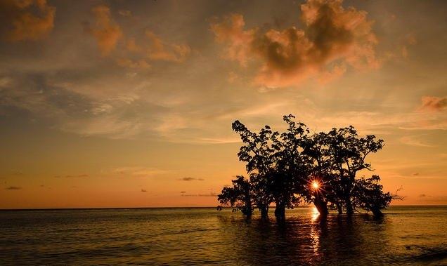 Menikmati Sunset Pantai Kastela Ternate Bahari Kota