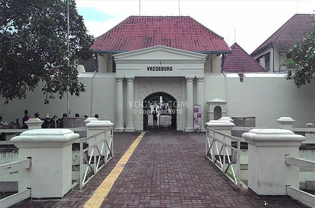 Benteng Vredeburg 0 8 Km Malioboro Loji Tertua Yogyakarta Keseluruhan