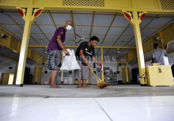 Membersihkan Masjid Besar Pakualaman Foto 2 125651 Tribunnews 20120717 2668