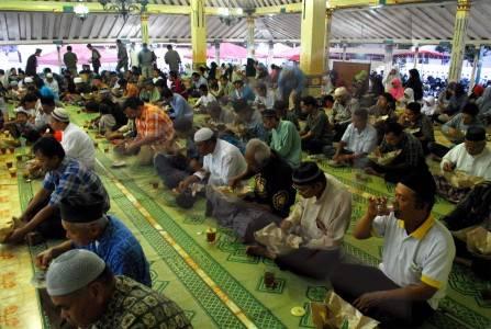 Setiap Kamis Masjid Gedhe Kauman Sediakan Takjil Gulai Kambing Id