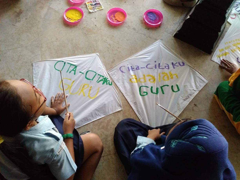 Museum Kolong Tangga Pendidikan Melalui Permainan Tempo Dulu Anak Menuangkan