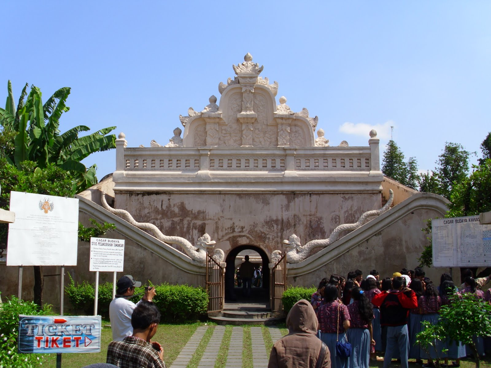 Eksotisme Wisata Taman Sari Pemandian Putri Raja Megah Tampak Depan