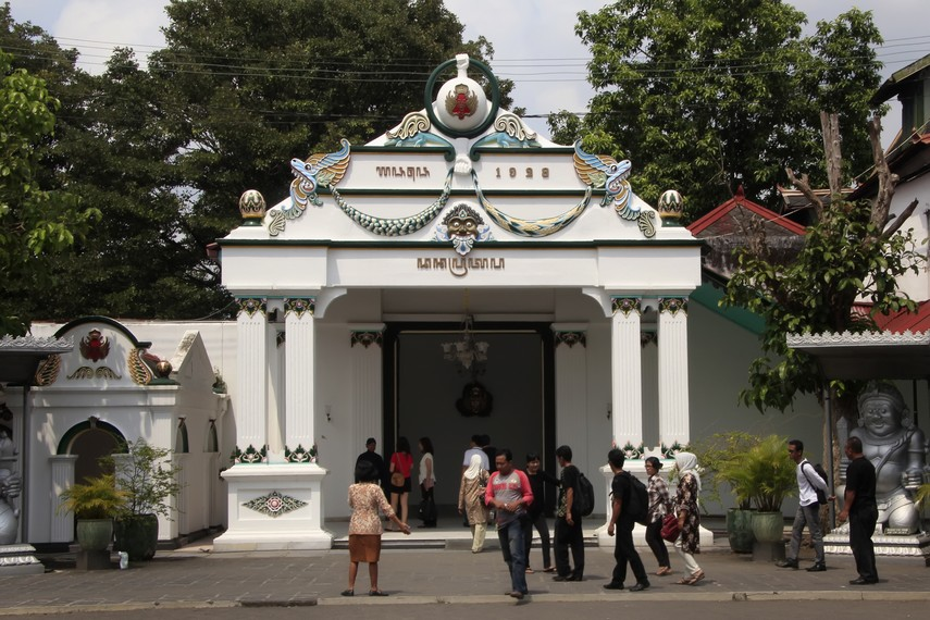 Keraton Yogyakarta Singgasana Sultan Penuh Makna Filosofis Suasana Pengunjung Regol