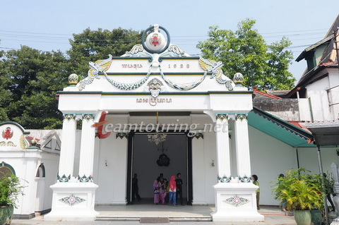 Kraton Yogyakarta Wisata Sejarah Kebudayaan Teamtouring Gerbang Danapratapa Keraton Kota